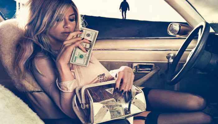 У девушки деньги